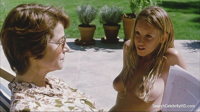 Negra curvilínea con grandes tetas se masturba hentai porno en castellano
